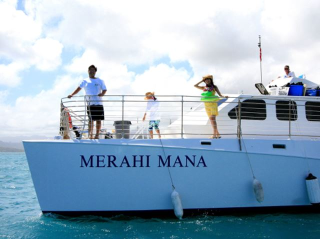 ハワイの天国の海へは船で向かう