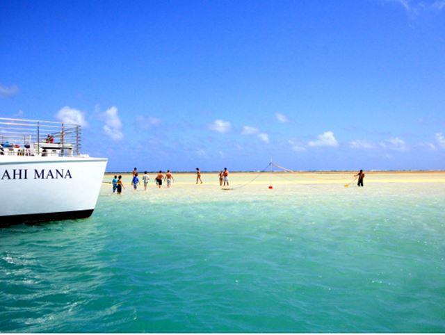 ハワイのツアーで天国の島へ行く人々