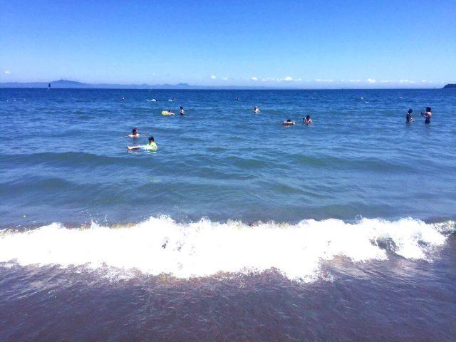 三浦海岸海水浴場で遊ぶ人