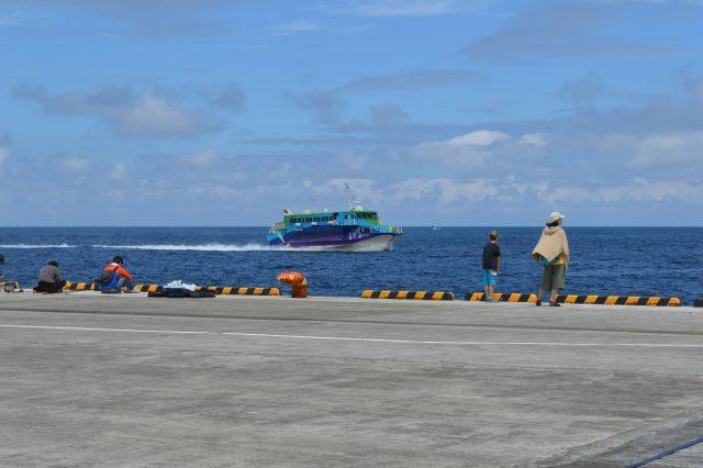 神津島で釣りをする人