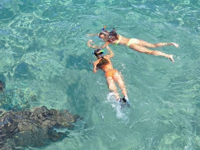 シュノーケルのおすすめ用品で泳ぐ二人