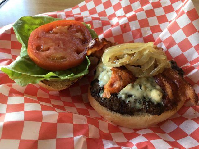 ハワイのボリューミーなハンバーガー
