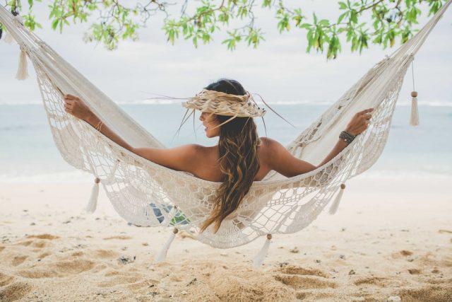 ハワイの服装で楽しむ女性
