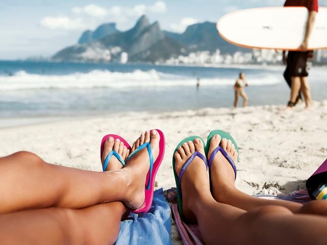 ハワイアナスのビーチサンダルを履く二人