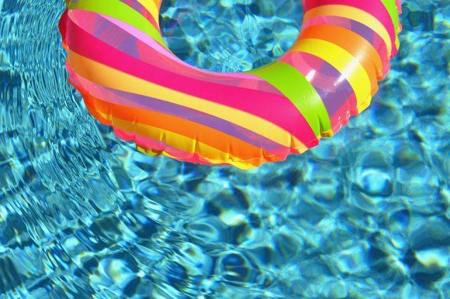 可愛い浮輪とプール