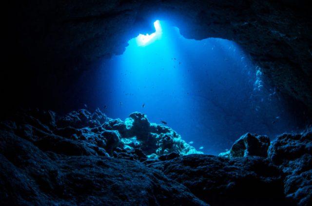 沖縄の冬でも楽しめる青の洞窟
