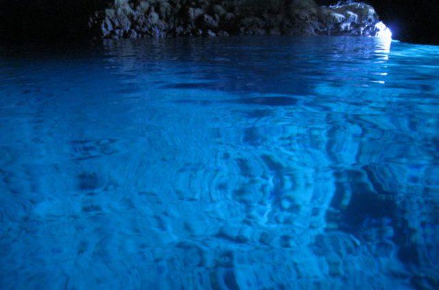 冬の沖縄でも楽しめる青の洞窟の風景