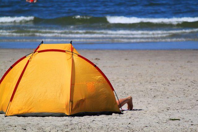黄色いビーチテント