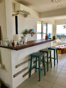 与論島のくじらカフェの内装