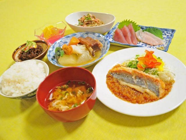 ヨロン島の竹丸荘のホテルのご飯