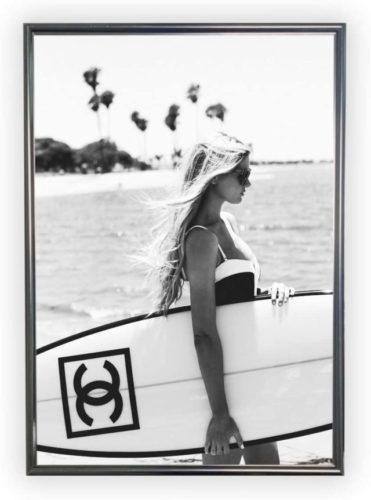 シャネルのサーフボードを持つ女性のポスター