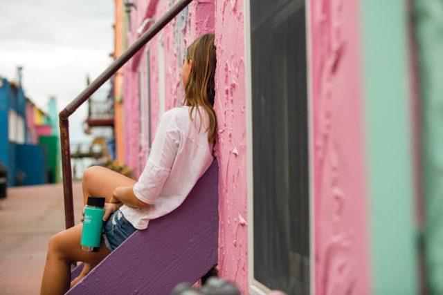 クリーンカンティーンのおしゃれな水筒を持つ女性