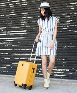 可愛いスーツケースを持つ人