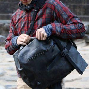 防水バッグを持つ男性