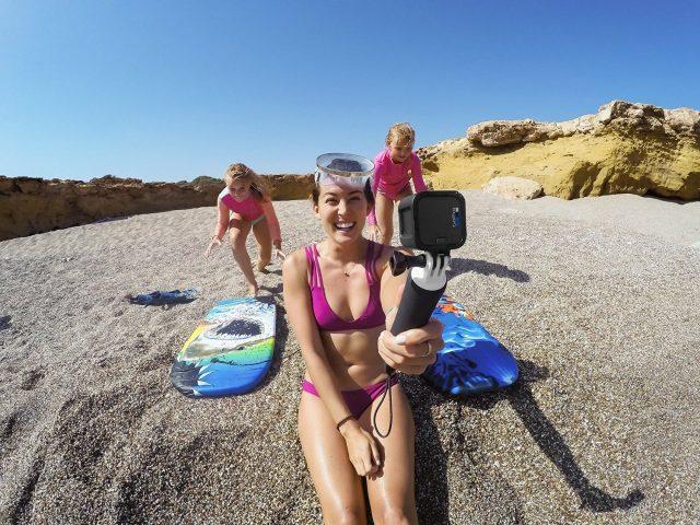 防水カメラを持つ女性