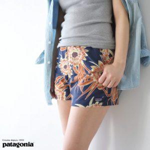 パタゴニアのバギーズショーツを履いた女性