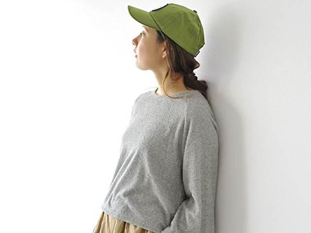 パタゴニアキャップをかぶる女性