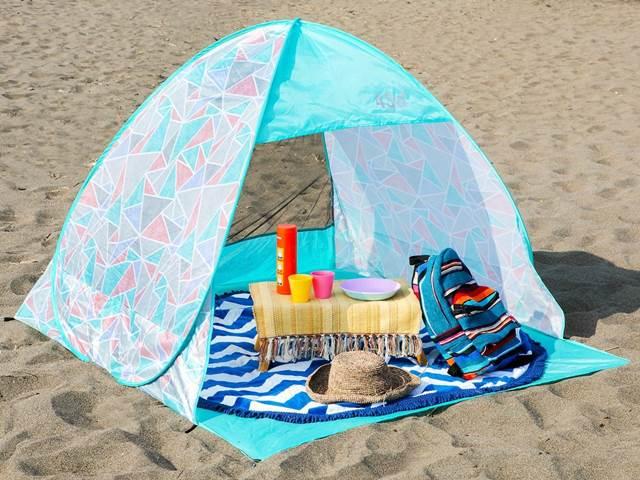 ビーチとポップアップテント