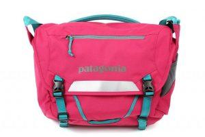 パタゴニアのピンクの小さいショルダーバッグ