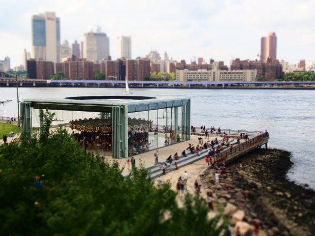ニューヨークの観光地であるダンボ地区の眺め
