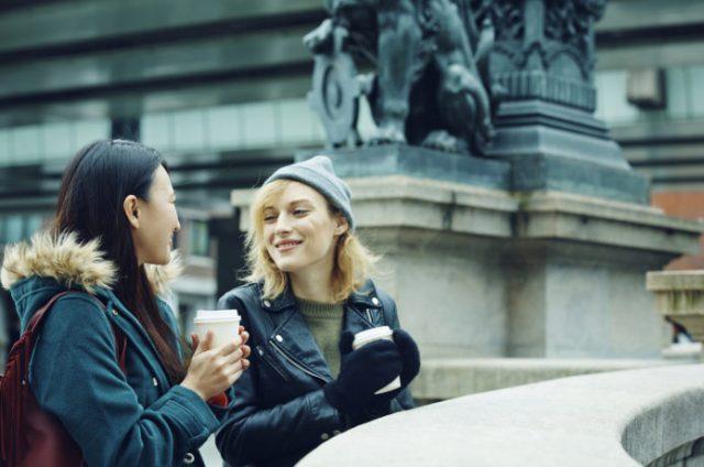 英語が話せるようになりたい女性と外国人