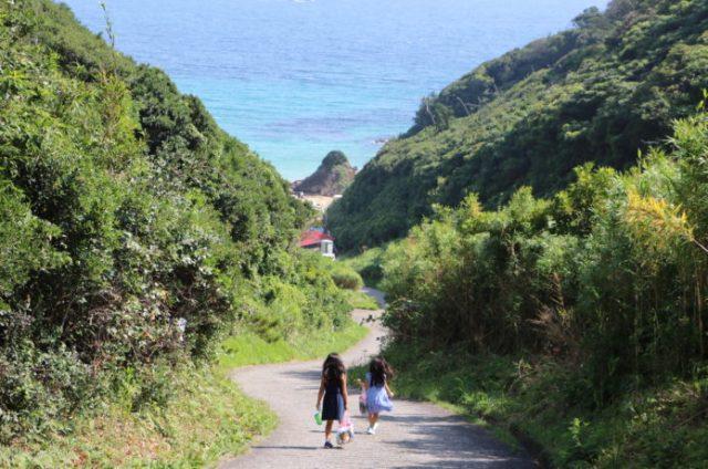 坂を下りていくとある下田の九十浜海水浴場