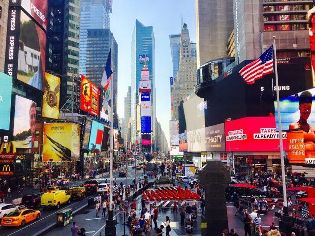 ニューヨークの観光スポットであるタイムズスクエア