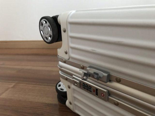クロースの復古主義のスーツケースのキー部分と車輪