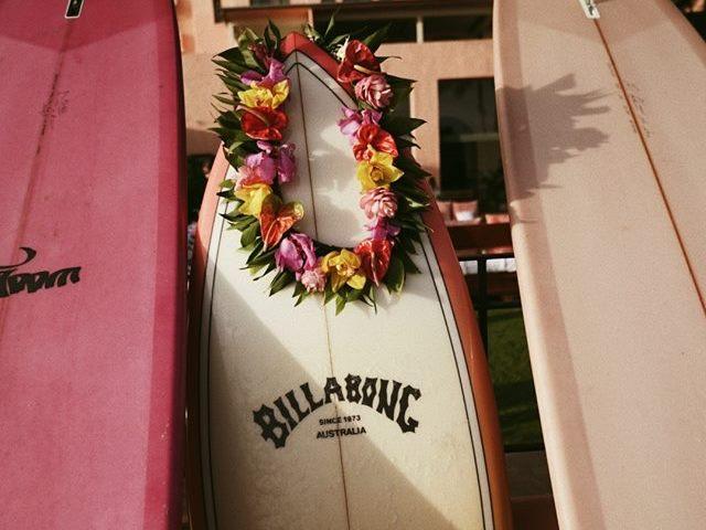 サーフボードにつけられたビラボンのステッカー
