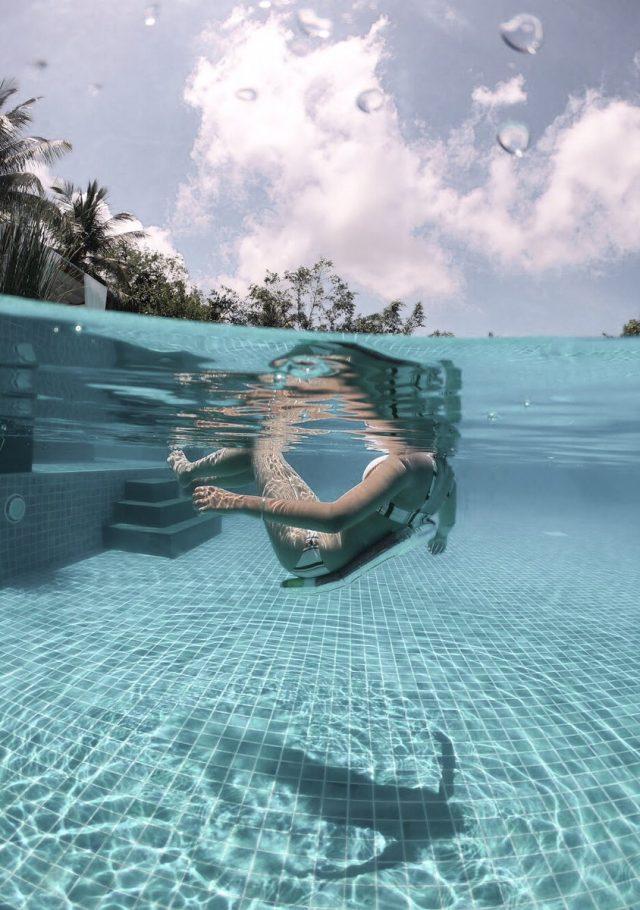 プールの中で水中と陸上の写真を撮る
