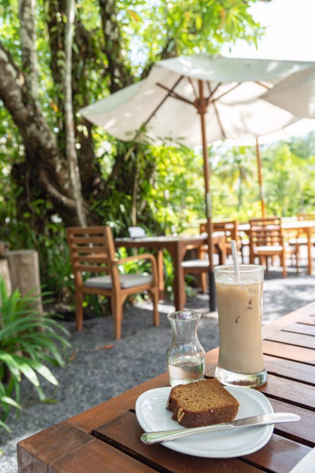 サロジンの外で食べる朝食風景