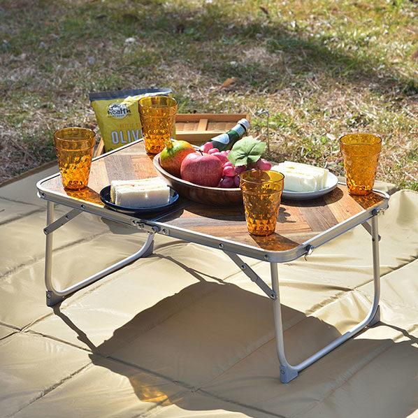 ピクニックにぴったりの折りたたみテーブル