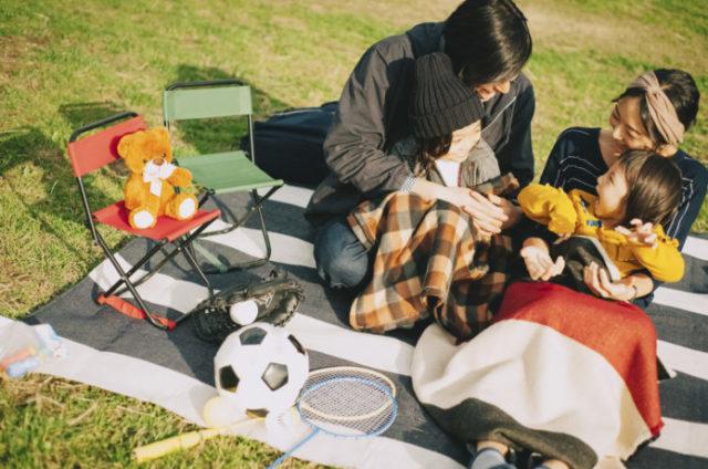 子供とピクニックする人たち