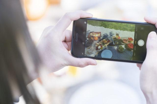 ピクニックの持ち物をおしゃれに並べて写真を撮る