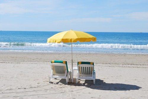 ビーチチェアと海辺